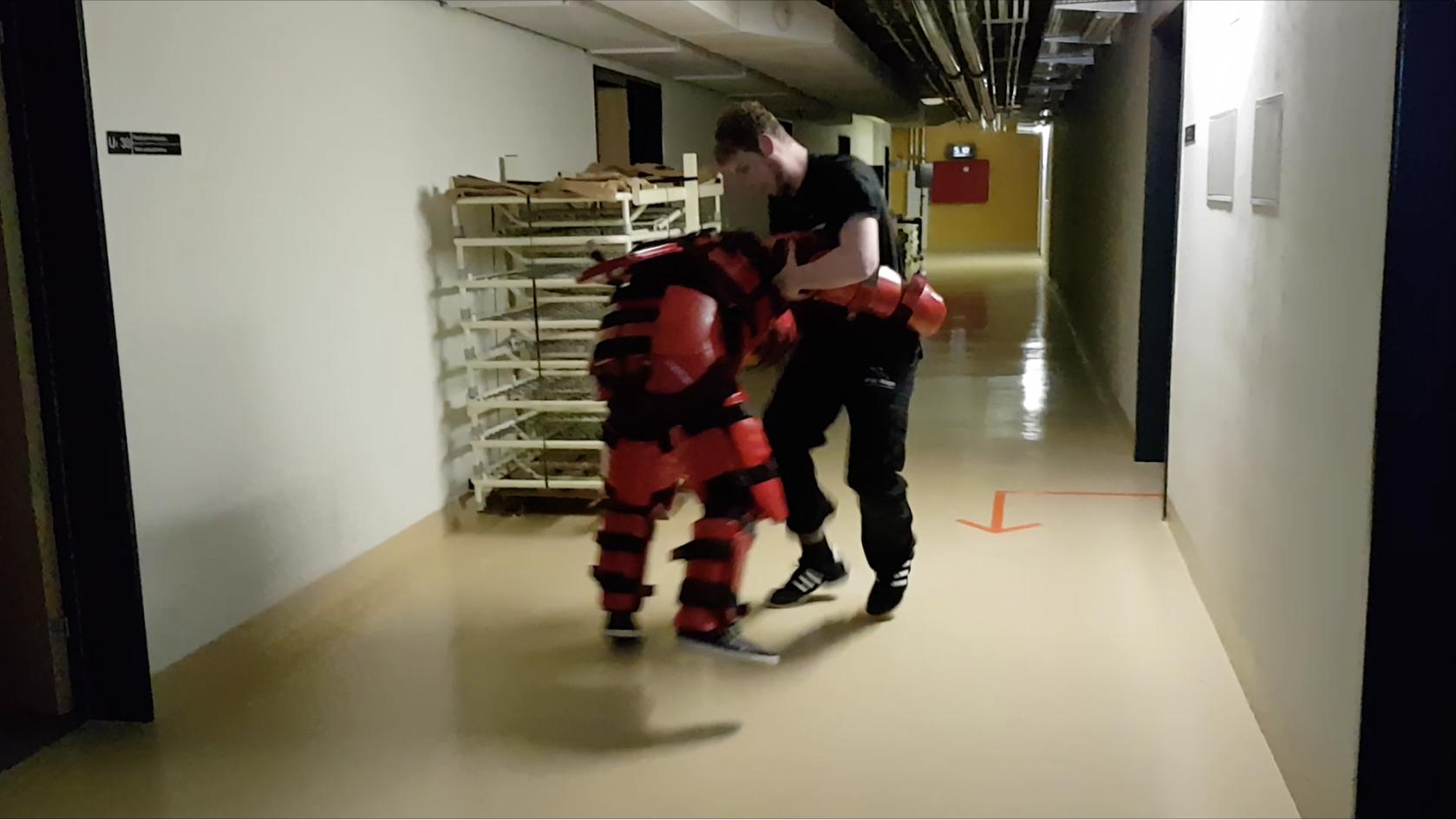 Angreifer in der Red Man-Rüstung: eines von zahlreichen Szenarien aus dem Stress-Parcours 2017 von Krav Maga Linth, Glarus